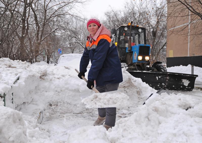 Более трех тысяч дворников будут убирать снег в центре Москвы во время холодов